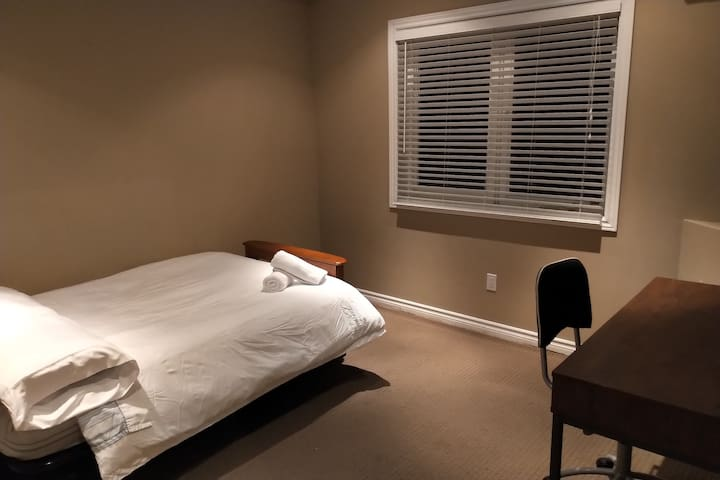 Office/bedroom with a double futon bed