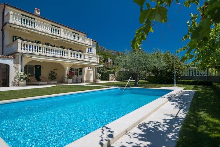 Exklusive Villa mit Garten, Pool, Sauna & Kamin