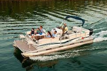 24' Sun Tracker Party Barge - Piney