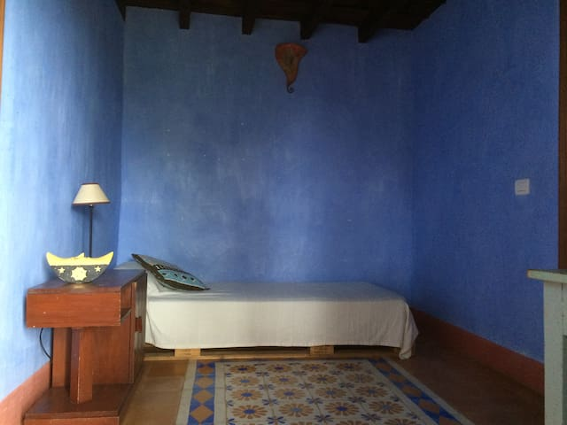 Habitación azul en Casa antigua - El Paso - Hus