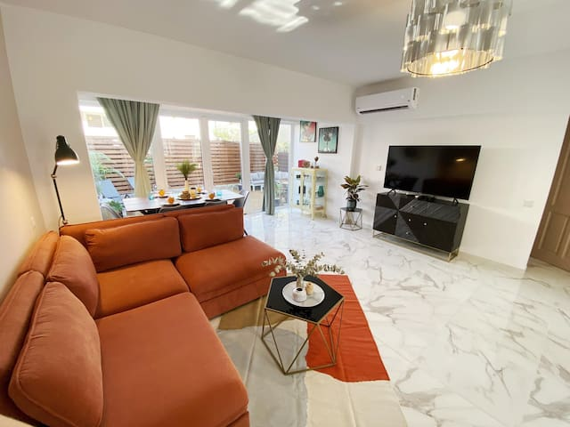 Spacious and cozy living room with Smart TV and Wifi