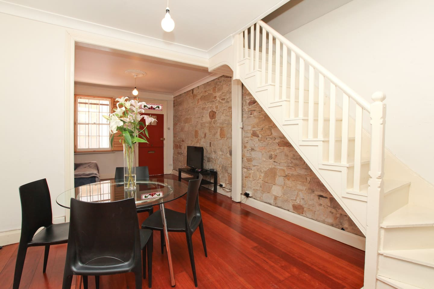 2 storey, king size bed or 2 x single beds upstairs plus sofa bed downstairs. Heritage sandstone, wooden floors, separate dining, kitchen & bathroom.
