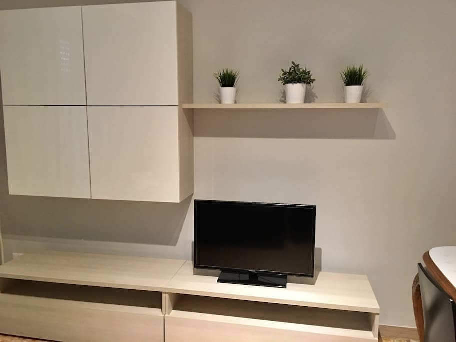 Salotto con divano letto matrimoniale  e TV - Dining room with double bed sofa and flat TV
