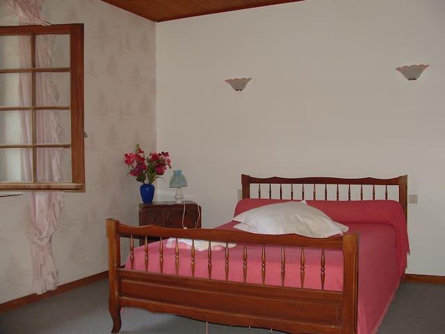 Chambre Rose : lit double 20m²