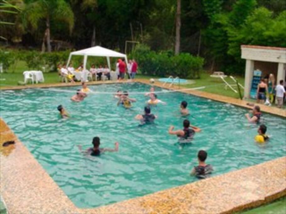 Piscina gigante com vestiários (masculino e feminino separados) e chuveiro de piscina.