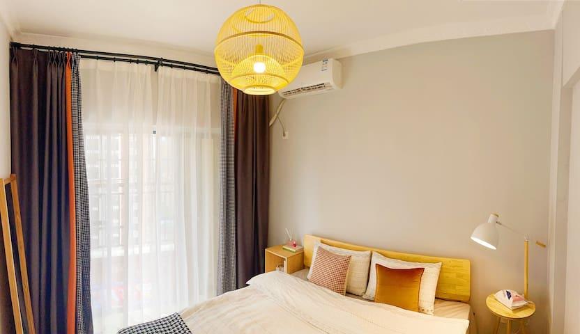 独立卧室,1.8双人大床,有落地镜,免费Wi-Fi,空调