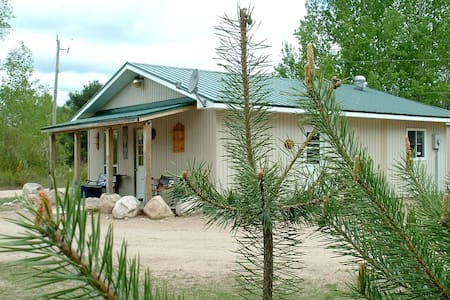 Black's Guest House/Near Algonquin Park-sleeps 5 - South River