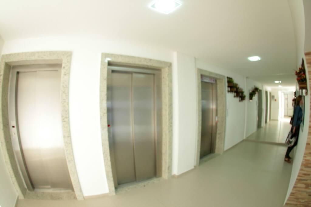 Três elevadores.