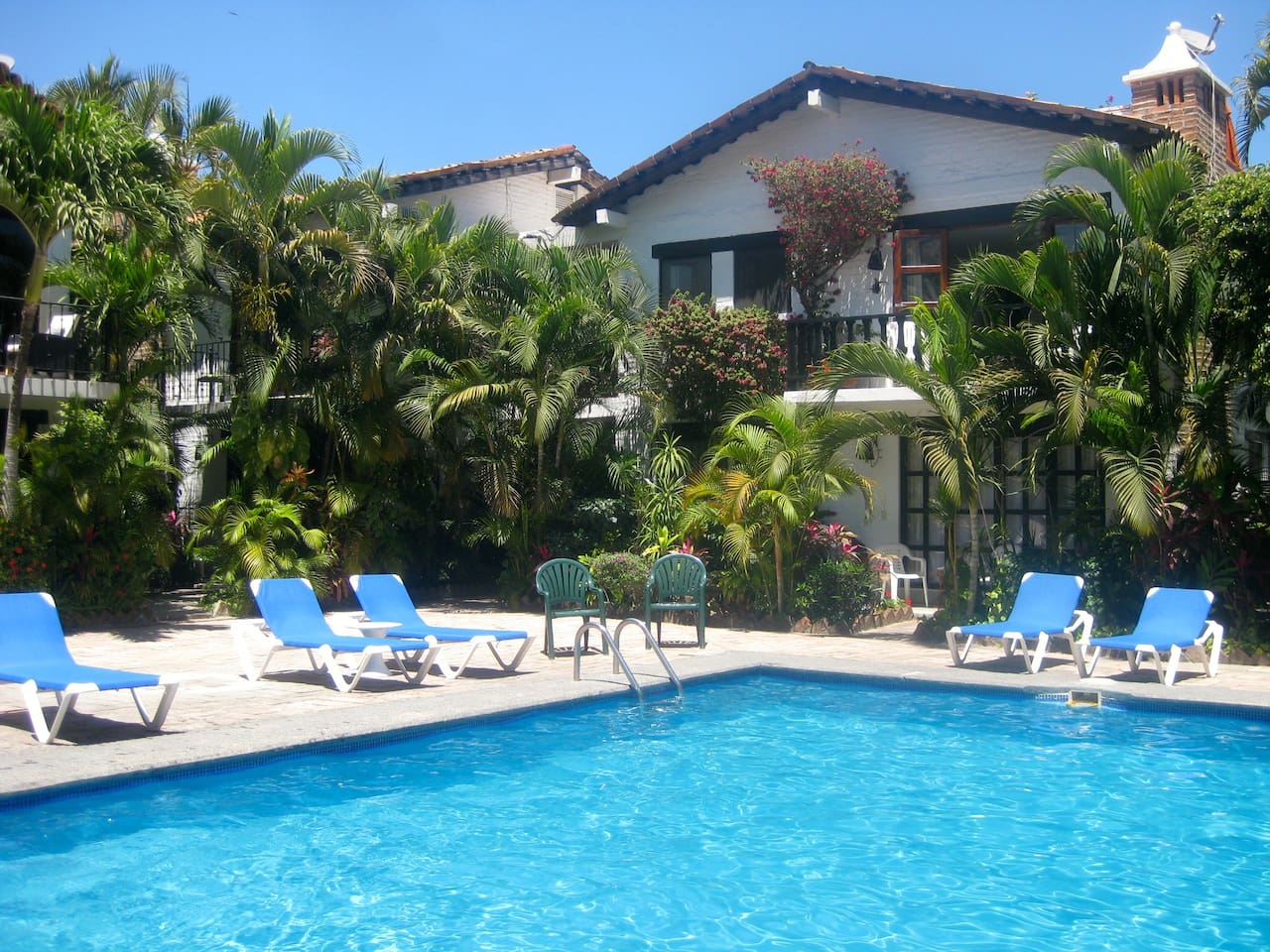 Poolside apartment ,within charming Mexican style complex.Steps to the beach !