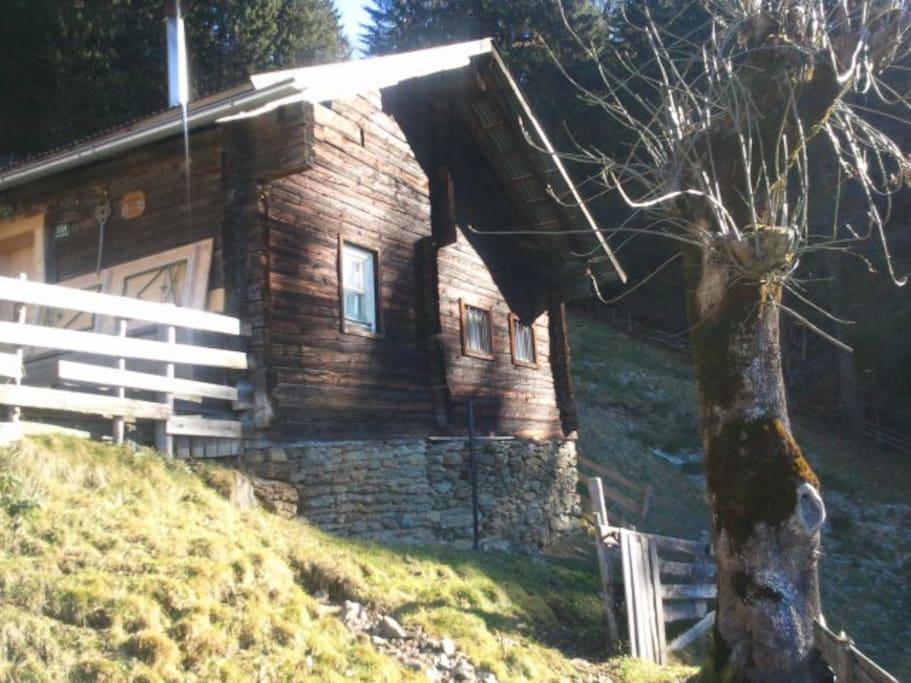 Die kleine Hütte im Spätherbstlicht am steilen Hang