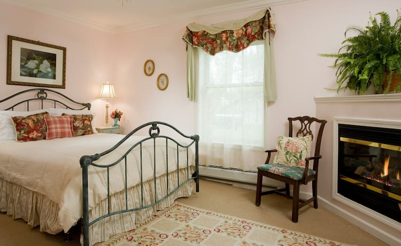 ★ Charming Vintage Room with Fireplace & Jacuzzi Tub
