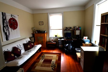 If you're looking for an affordable  accommodation close to New York City, this is an ideal place for you. It's a private bedroom (in a two-bedroom apartment) on the 4th floor of a walk-up prewar building located in the charming Borough of Leonia (NJ).