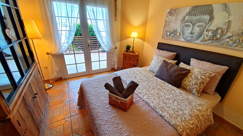 Piękna przytulna sypialnia nr 1 z wyjściem na taras