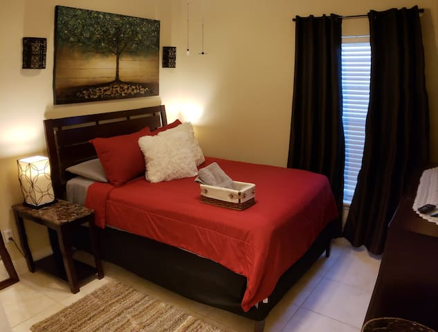 """E Private Room w/ 55"""" TV/Netflix Near Everything"""