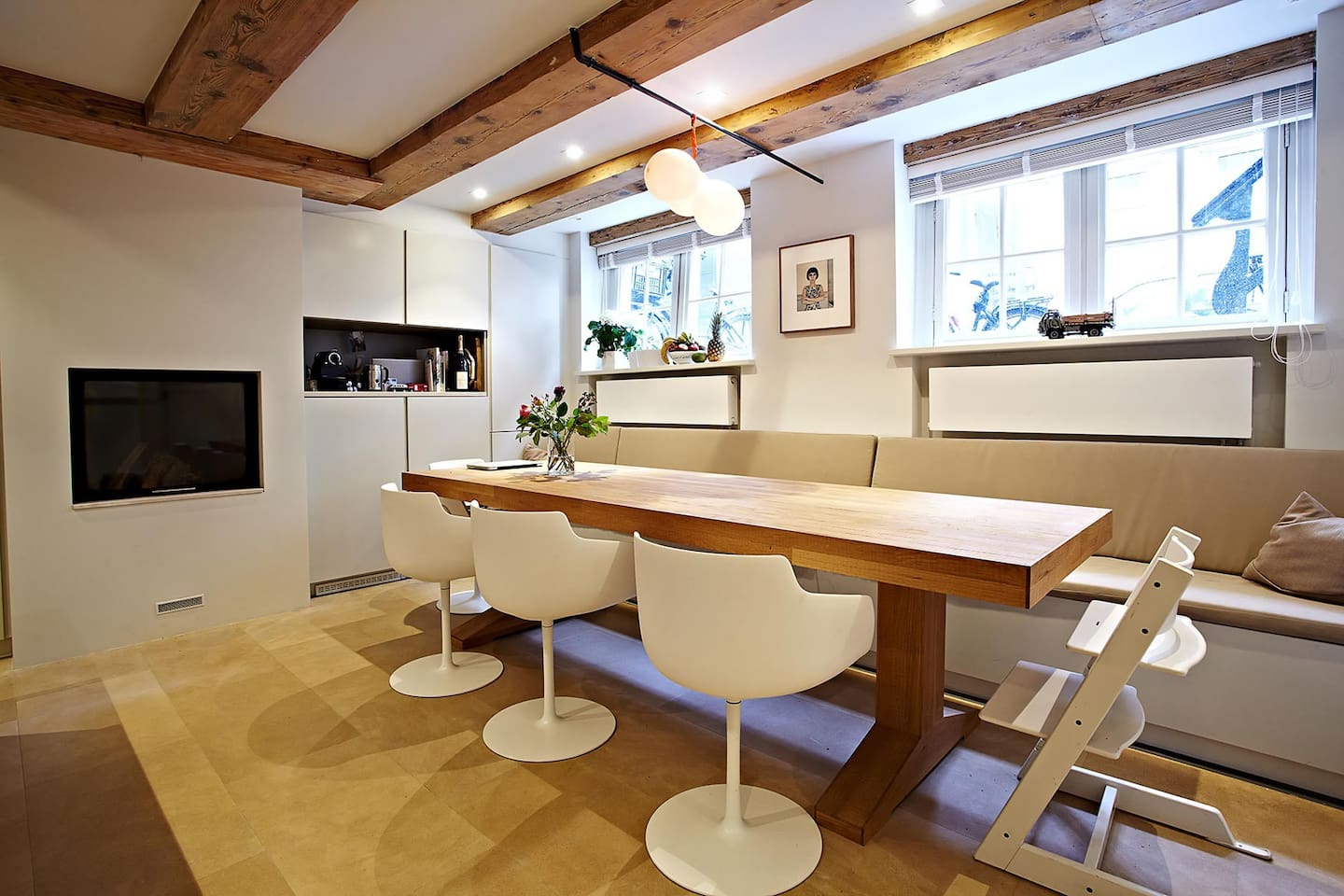 Soutterain open kitchen with dinning table