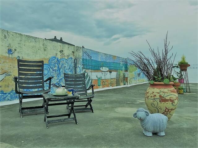 Un café? una copa? Barbacoa?Tomar el sol? Relajarse?? Seguimos mejorando y pintando la terraza poco a poco..