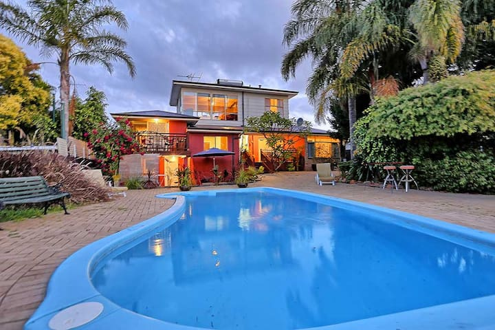 Magnificent Views - self contained - Melville - Huis