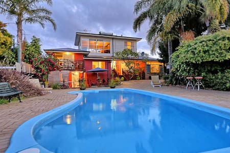 Magnificent Views - self contained - Melville - Hus