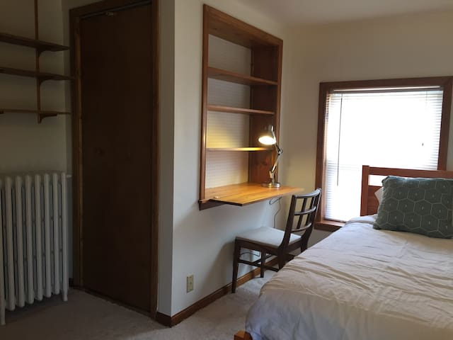Room with twin bed (no parking) - Saint Clair Shores - House