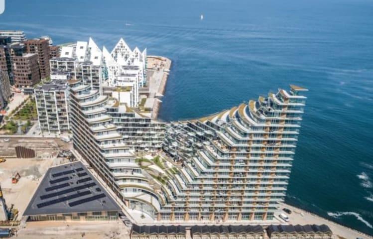 Hyggelig lejlighed i eksklusiv byggeri med havkig.