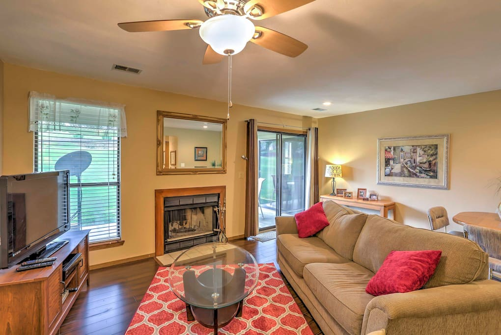 Relax and recharge in the vibrant living room which includes cozy furnishings and a flat-screen cable TV.