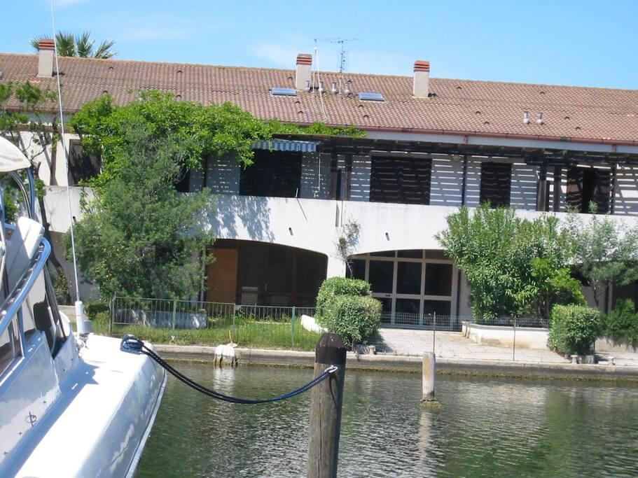 Prospetto Villa con attracco barca