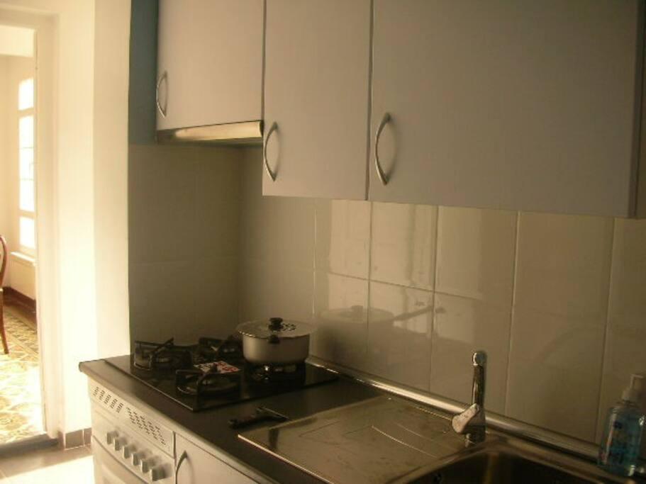 cuisine équipée, four, plaque gaz, machine à laver, frigidaire