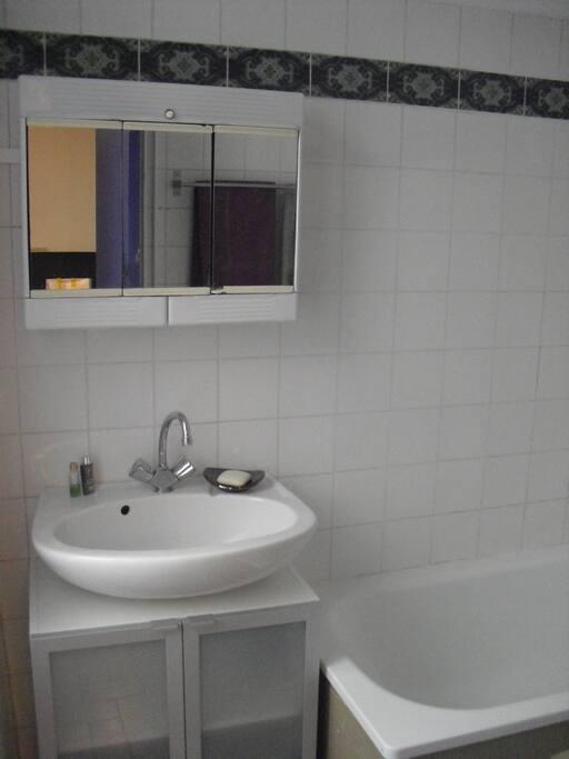 la salle de bain avec sa baignoire...
