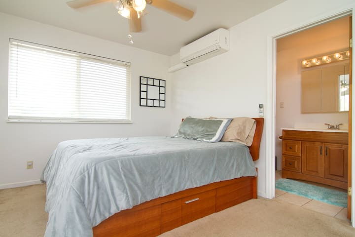 Master Bedroom Upstairs (en suite) - Waianae