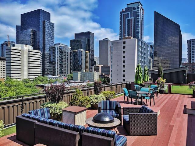Modern Downtown w/ Rooftop views