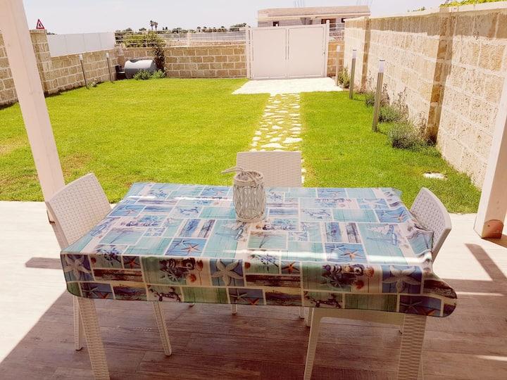Villa Viola con giardino privato a Torre Lapillo