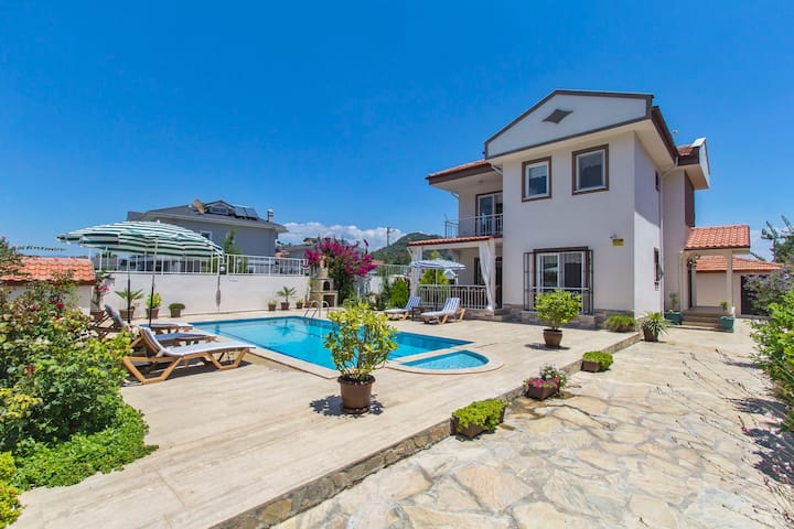 Villa Ceylin, 3 Bedroom-Sleeps 7 with Private Pool