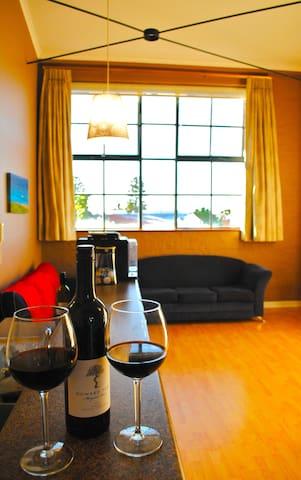 Spacious Warehouse Style Apartment - Fremantle - Flat