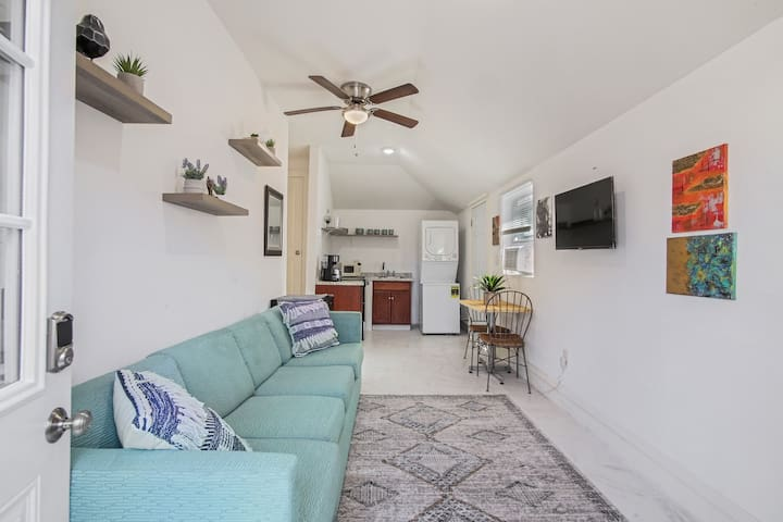 Stylish Central Uptown Cottage- Newly Renovated!