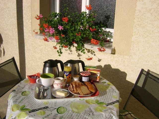 Petit déjeuner possible en terrasse