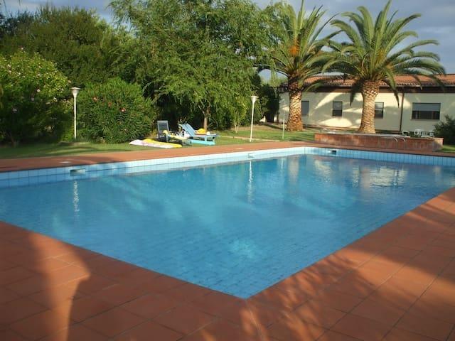 Villa immersa nel verde con piscina e tennis