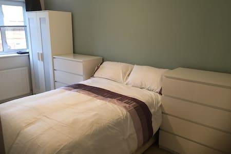 Bedroom in well situated house in Pitsea Basildon - Basildon - Apartmen perkhidmatan