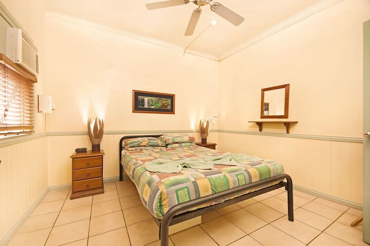 Queen size bed with all linen, four pillows and fresh towels. Fridge,  safe, 32 Inch television and Hard drive  , air conditioner  $1 for 3 hours. There is also a kitchen and dining area, plus a bathroom   Free tea and coffee  .