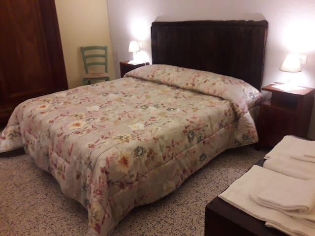 Comodo letto matrimoniale in camera da letto