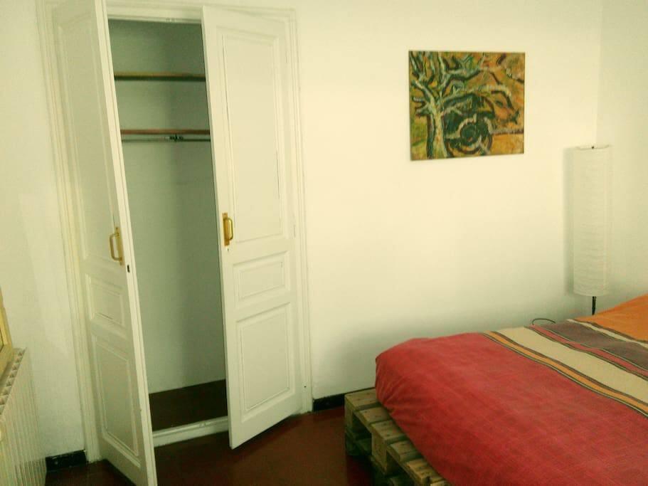 Habitación doble muy luminosa con escritorio y armario empotrado
