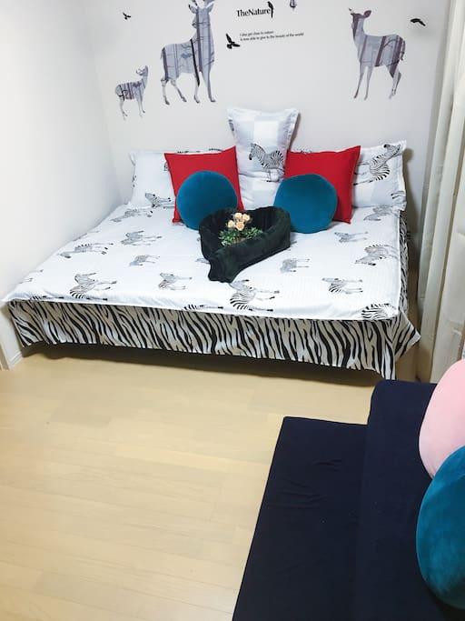 Yaya offers you 140x200 double bed! The blue sofa is a 90x200 sofa bed!  YaYa 为您提供的是140X200的双人大床!蓝色沙发是90X200的沙发床!
