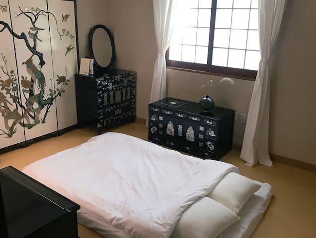 게스트가 6인 이상일때 추가침구를 깔아드리는 한실방 입니다. 침대보다 따듯한 온돌방을 선호 하시면 미리 말씀해 주세요! ^^