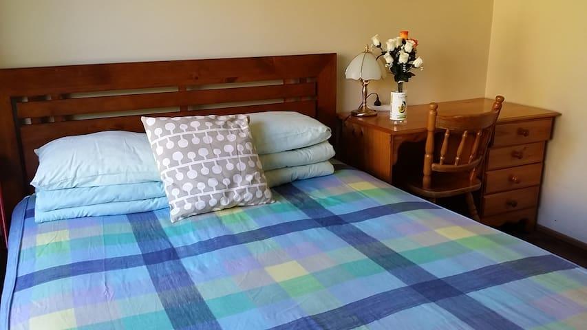 bedroom one 卧室一