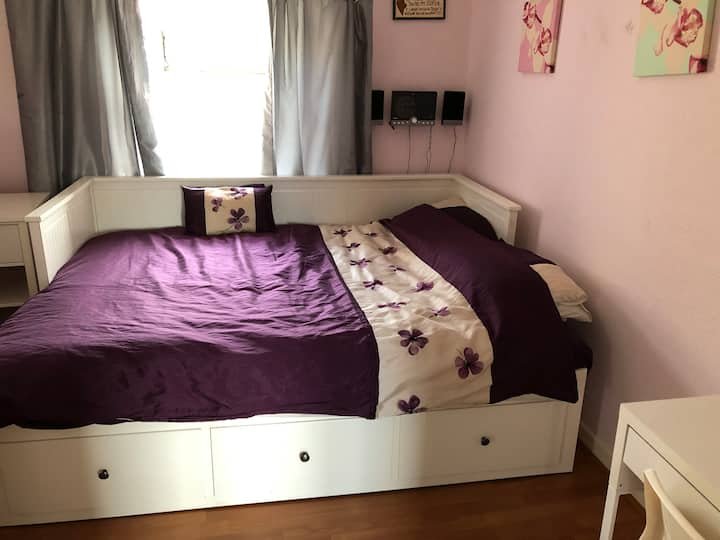 Comfortable home close to the Airport (2)