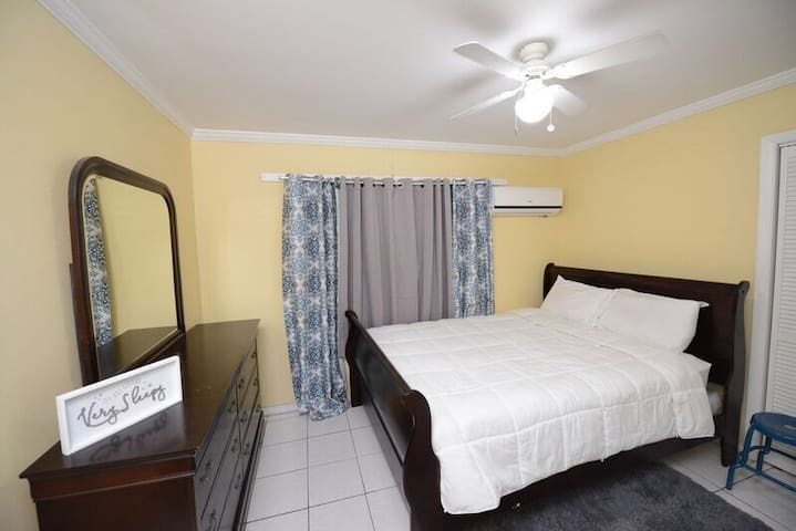 Private Rm near downtown, clubs, shops & washhouse