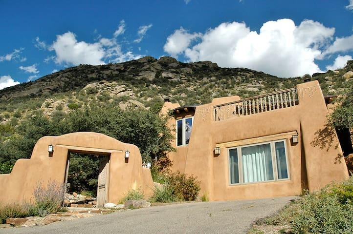 Magical 5 Bdrm Retreat Home w/Views - Albuquerque - Talo
