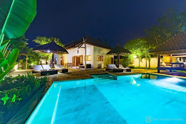 Lovina luxury poolvilla with Free bikes!