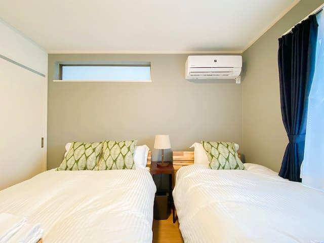 ダブルベッド1つ、シングルベッド1つの102号室