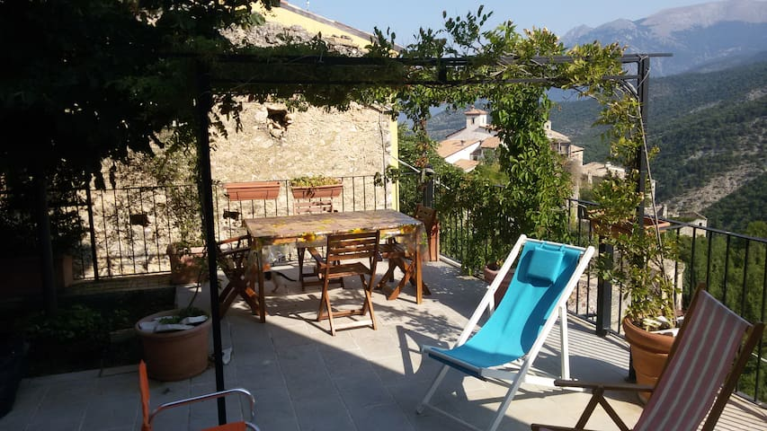 VILLAGE HOUSE, stunning views, terrace - Cansano - Ev