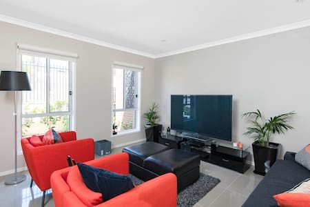 Canberra Central Bright Modern Executive Townhouse